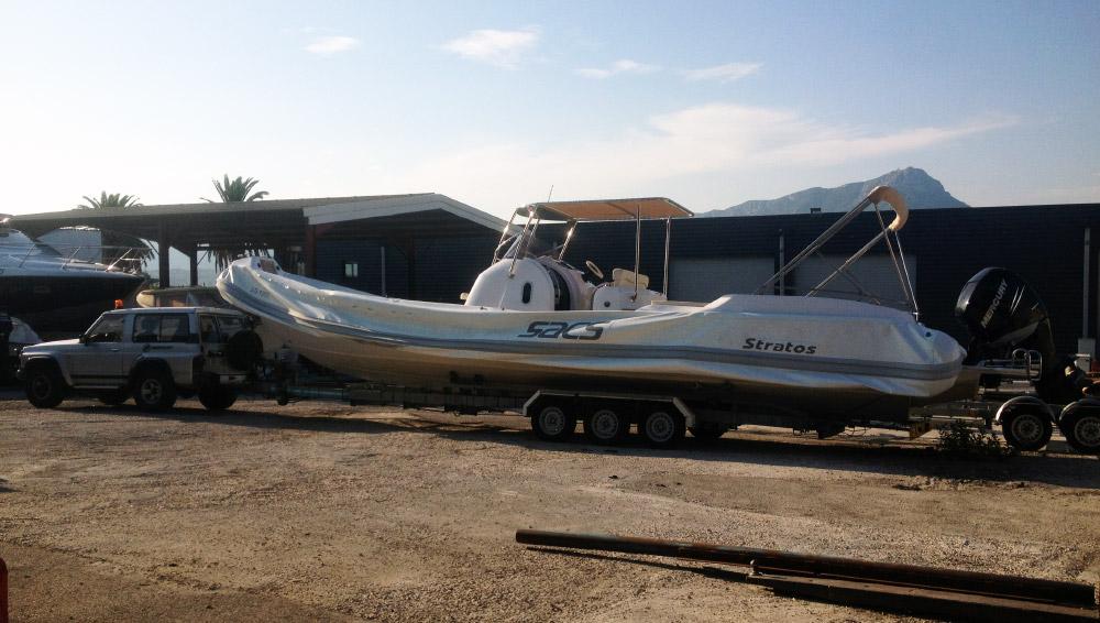 Transport de bateau sur plateau. Convoi exceptionnel